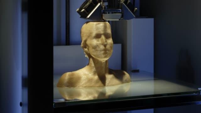 Impressora 3D, impressão de um busto humano - símbolo para a inteligência artificial a trabalhar - vídeo