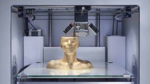 Impressora 3D, impressão de um busto humano - símbolo para a indústria de projeto futuro a trabalhar - vídeo