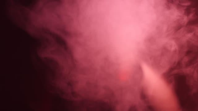 中央に赤い丸い光で加湿器を操作する - 加湿器点の映像素材/bロール