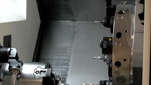 현대 cnc 선반 기계의 영역 작업 - chuck lorre 스톡 비디오 및 b-롤 화면