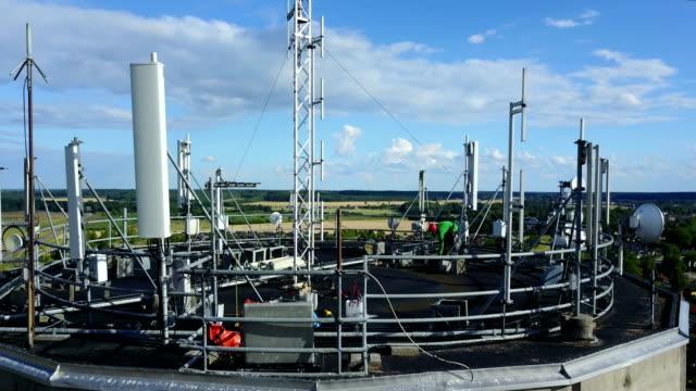 arbeta på hög höjd - antenn telekommunikationsutrustning bildbanksvideor och videomaterial från bakom kulisserna