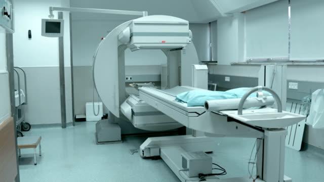 vídeos de stock e filmes b-roll de gato de trabalho do exame no hospital - tomografia
