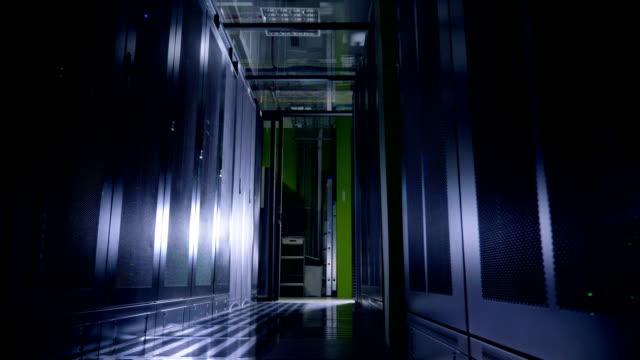 作業データ センター サーバー ラックの完全な。 - スーパーコンピューター点の映像素材/bロール