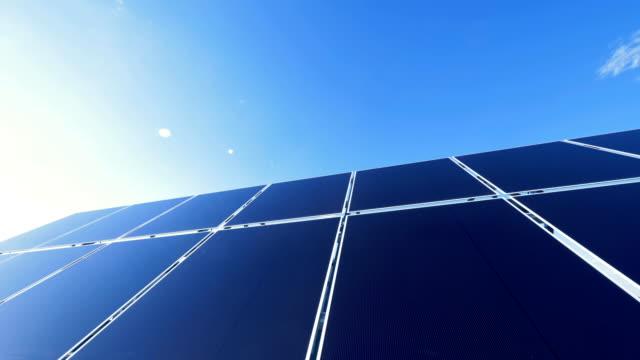 作業エネルギー電池をクローズ アップ。太陽電池は、太陽の光を蓄積する屋根で動作します。 - 屋根点の映像素材/bロール