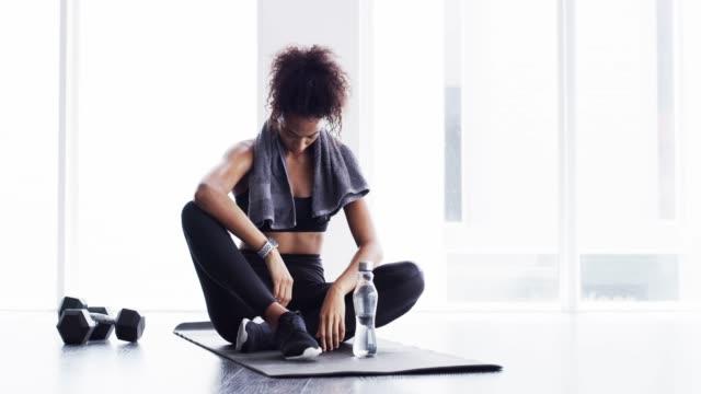 arbeta för kroppen hon förtjänar - black woman towel workout bildbanksvideor och videomaterial från bakom kulisserna