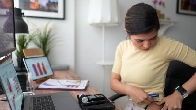 vídeos de stock e filmes b-roll de covid-19 working from home and diabetes management - caneta