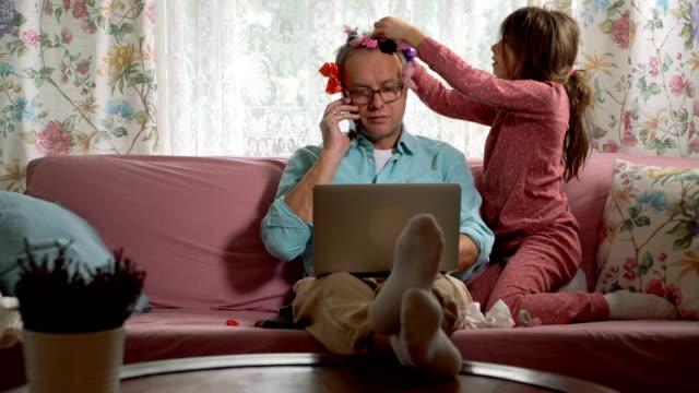 lavorare da casa distrazioni - nastro per capelli video stock e b–roll