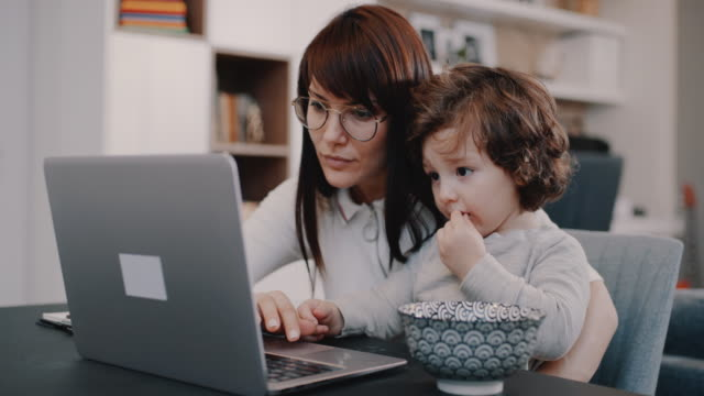 working from home mom - usare il laptop video stock e b–roll