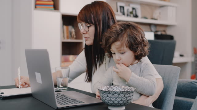 vídeos de stock e filmes b-roll de working from home mom - mãe solteira