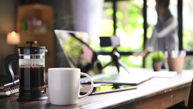 vidéos et rushes de travailler à partir de la maison - pots de bureau
