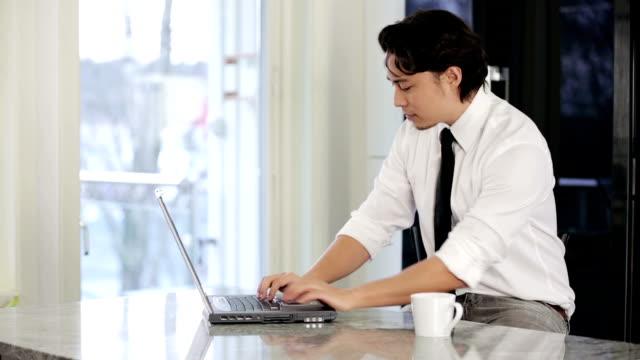 自宅勤務 - パソコン点の映像素材/bロール