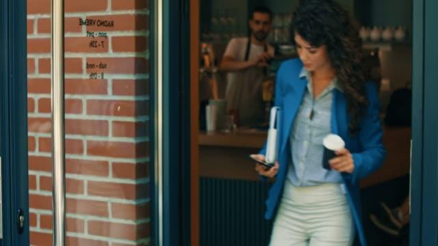 vídeos y material grabado en eventos de stock de chica trabajadora con un café - urgencia