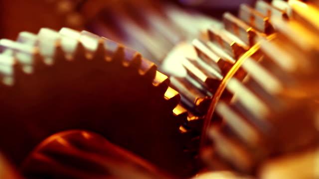 vidéos et rushes de golden engrenages de travail - rouage