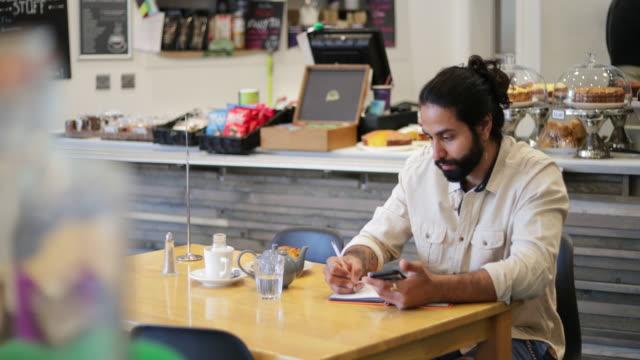 在咖啡館工作 - small business saturday 個影片檔及 b 捲影像