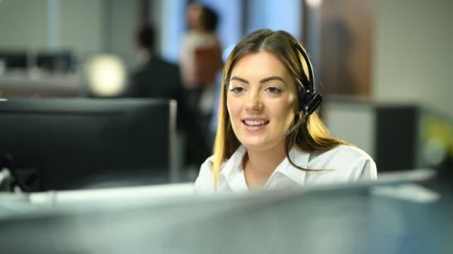 콜 센터에서 근무 - 방관적인 사람들 스톡 비디오 및 b-롤 화면