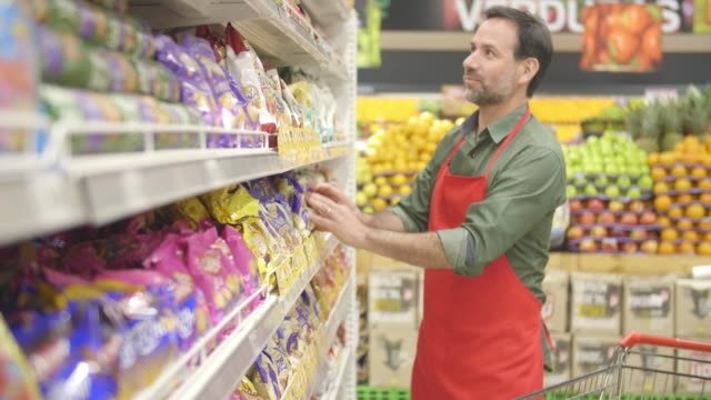 stockvideo's en b-roll-footage met werken in een supermarkt - supermarket