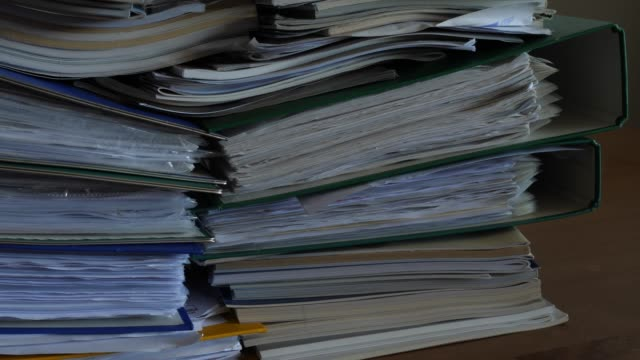 vídeos de stock e filmes b-roll de working in office with documents, binders full of documents - dossier