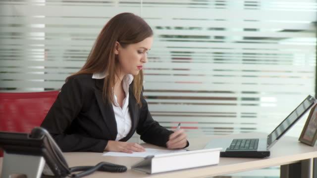 hd :dolly オフィスで働く - ビジネスウーマン点の映像素材/bロール