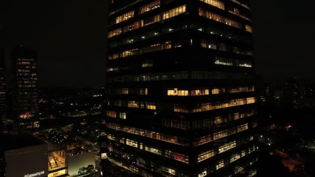 vídeos de stock, filmes e b-roll de trabalhando tarde da noite - característica arquitetônica