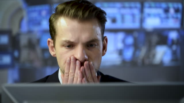 working late - professione finanziaria video stock e b–roll