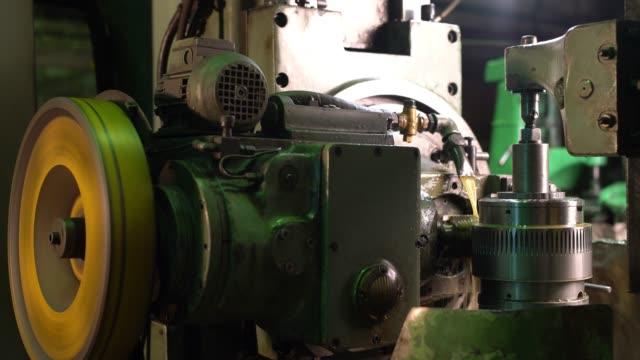 生産工場の作業機械は、視野を上げる ビデオ