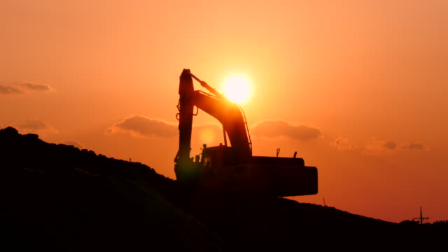 arbetar mekaniska grävmaskin siluett i solnedgången asien - excavator bildbanksvideor och videomaterial från bakom kulisserna