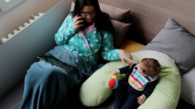 vidéos et rushes de mère au travail - peignoir