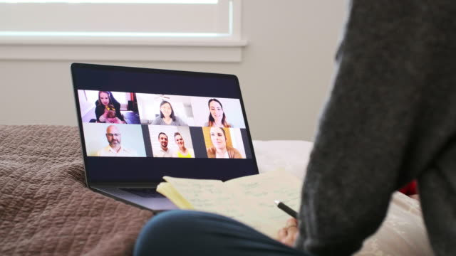 web チャット会議で自宅で働く母親 - テレビ会議 日本人点の映像素材/bロール