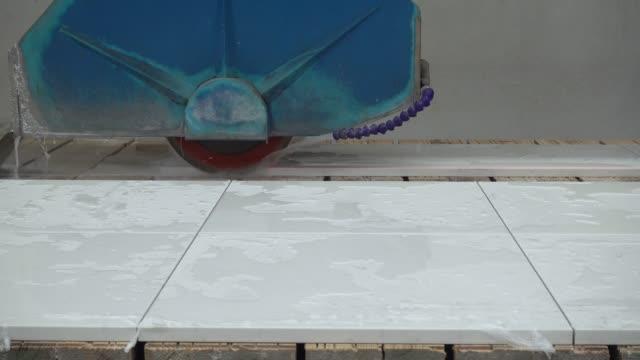 stockvideo's en b-roll-footage met werking van natuurlijke snij machine bureaublad - marmer