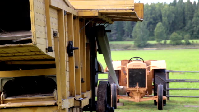 working old antique straw hammer mill tractor - skalhylsa bildbanksvideor och videomaterial från bakom kulisserna