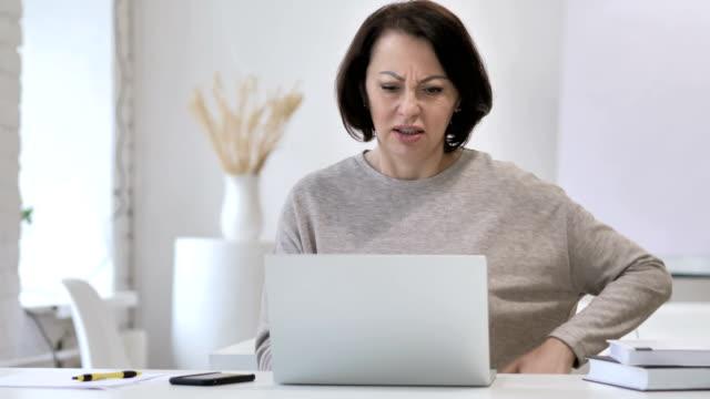 vídeos y material grabado en eventos de stock de trabajo mujer senior con dolor de espalda sentado en el sofá - columna vertebral humana