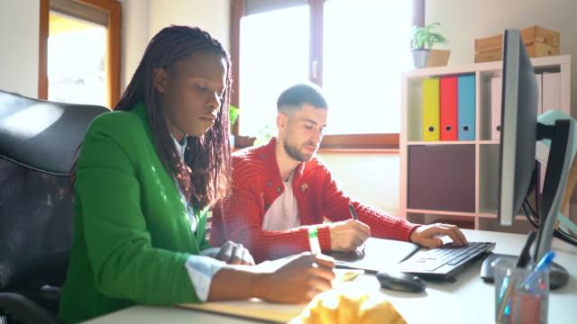 重要なプロジェクトに一緒に取り組む - プロジェクトマネージャー点の映像素材/bロール