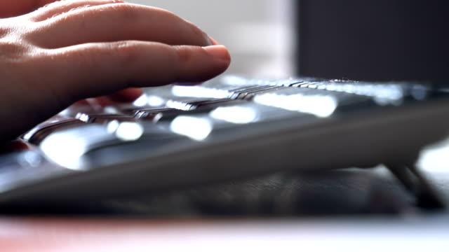 vídeos de stock, filmes e b-roll de trabalho no fim do teclado acima do tiro - peça de computador