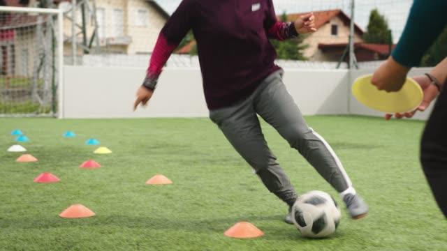 スキルに取り組む - 女性サッカー - スポーツ用品点の映像素材/bロール