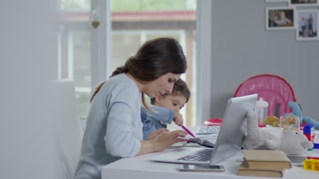 Travailler en ligne à la maison - Vidéo