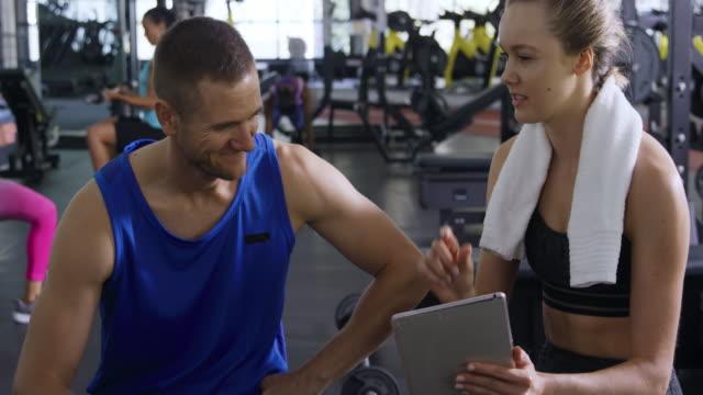 stockvideo's en b-roll-footage met trainen in een sportschool - fitnessleraar