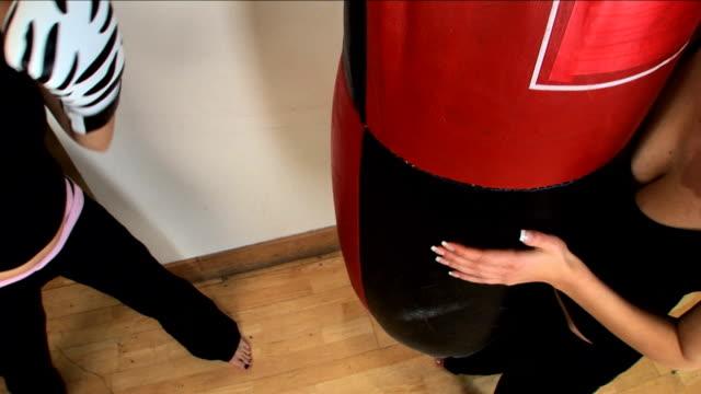 allenamento in palestra - sparring allenamento video stock e b–roll