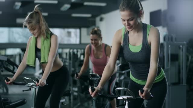 training auf dem fahrradergometer - fitnesskurs stock-videos und b-roll-filmmaterial