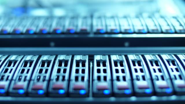 stockvideo's en b-roll-footage met close-up van werkende servers in datacenter - datacenter
