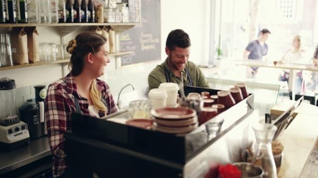 arbeiten seite an seite, um ihnen den besten kaffee zu bringen - barista stock-videos und b-roll-filmmaterial
