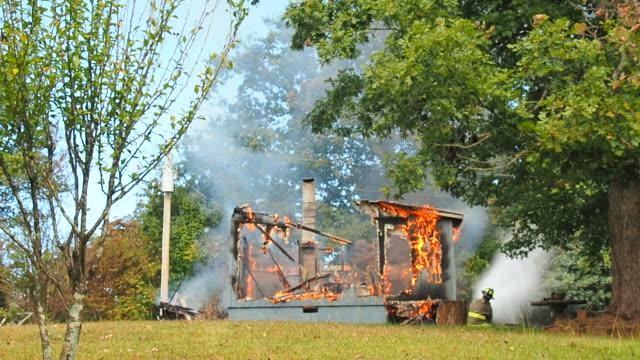 vídeos de stock e filmes b-roll de working structure fire - isolated house, exterior