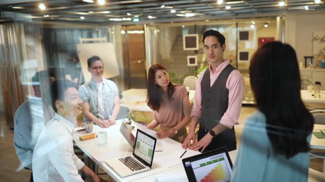 会社のために最善を尽くす - プロジェクトマネージャー点の映像素材/bロール