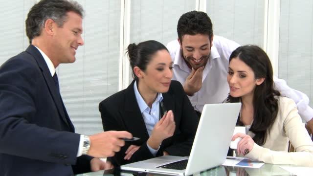 stockvideo's en b-roll-footage met working together in office - collega