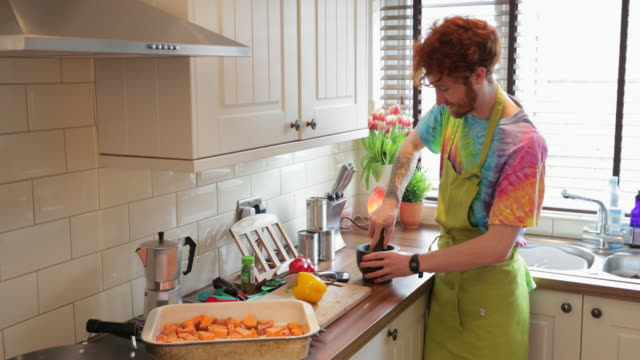 キッチンで一緒に働く - オルタナティブカルチャー点の映像素材/bロール