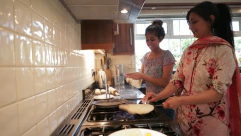 vidéos et rushes de travailler ensemble dans la cuisine - parents