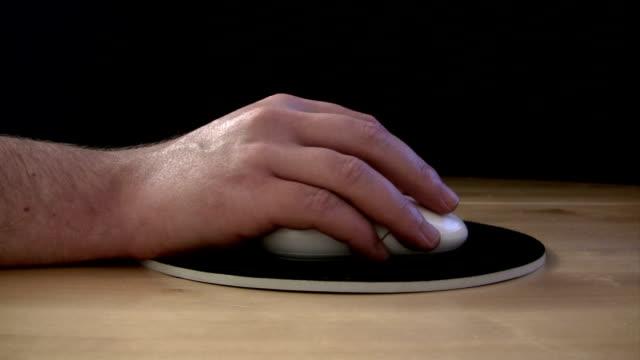 arbeit mit einem computer-maus - mouse pad stock-videos und b-roll-filmmaterial