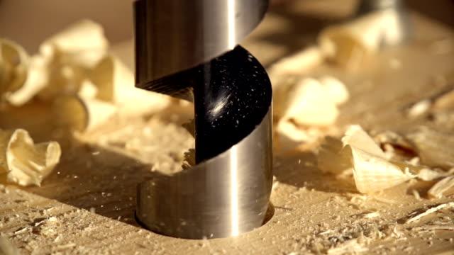 arbeiten mit elektrowerkzeugen - tischlerarbeit stock-videos und b-roll-filmmaterial