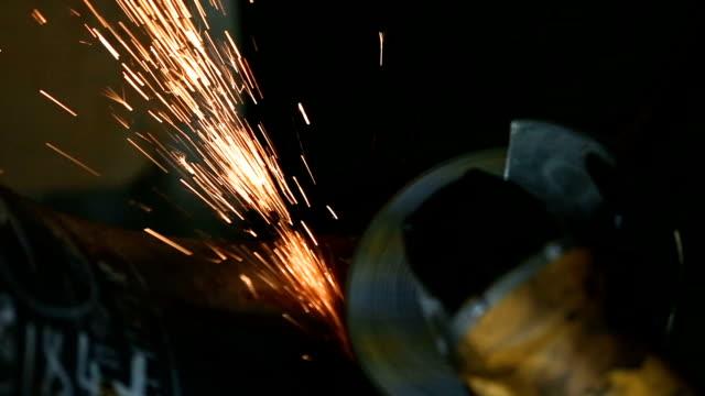 arbeiter schleifen die schweißnaht des rohres mit einer schleifscheibe. hd - kreissäge stock-videos und b-roll-filmmaterial