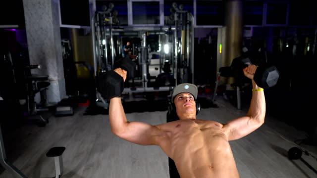 체육관에서 운동 - 보디 빌딩 스톡 비디오 및 b-롤 화면