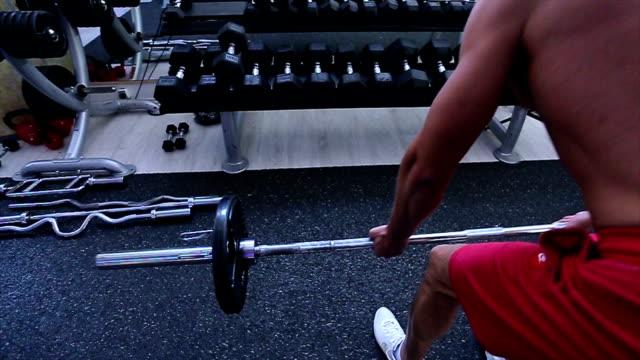 ジムでのワークアウト - 人の筋肉点の映像素材/bロール